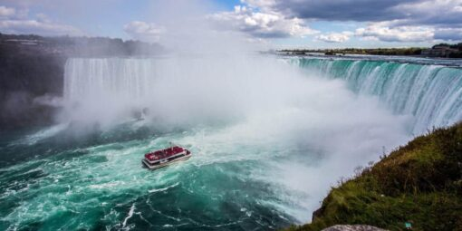 The Maid of the Mist approaching Niagra Falls