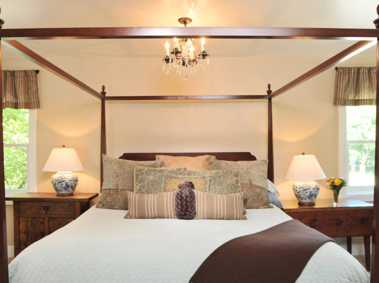 4-poster bed with decorative pillows in Bristol Suite
